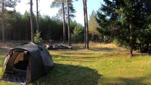 Übernachtung 2. Hier ist Platz für viele Zelte. Insgesamt gibt es 3 Lagerfeuerstellen, eine Toilette, 2 Mülleimer und viel Holz zum Lagerfeuer machen.