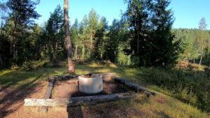 Übernachtung 2. Ein angelegter Lagerfeuerplatz auf einer großen wunderschönen Wiese gelegen. Ideal für die 2. Übernachtung geeignet.